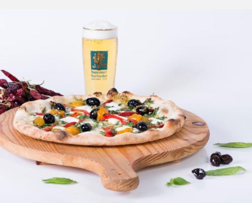 Pizza con olive e peperoni e birra